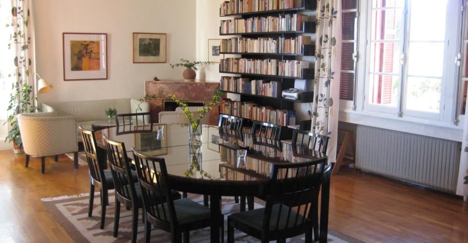 Vardagsrummet m bokhylla